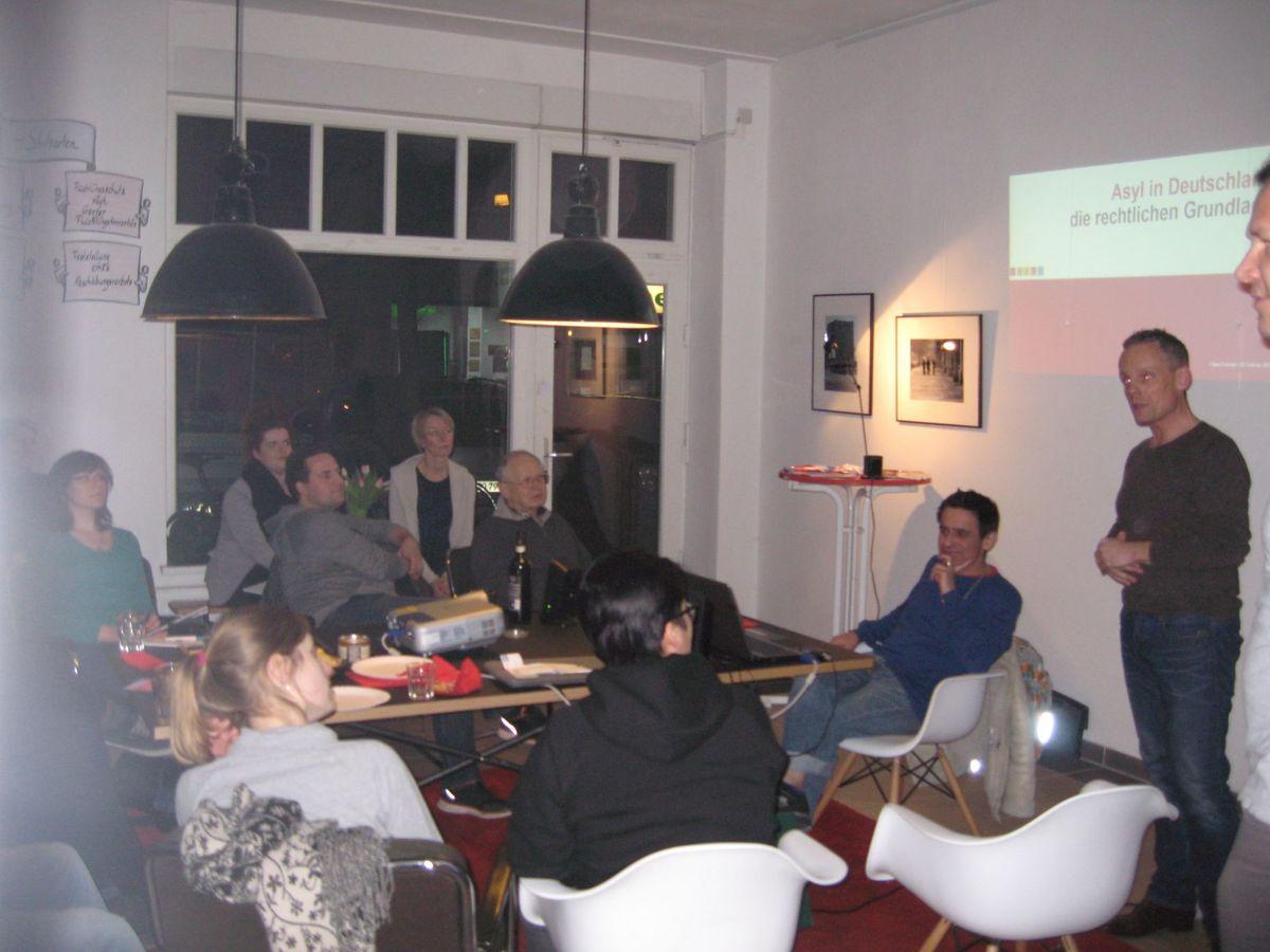 Tino Schopf moderiert die Diskussion